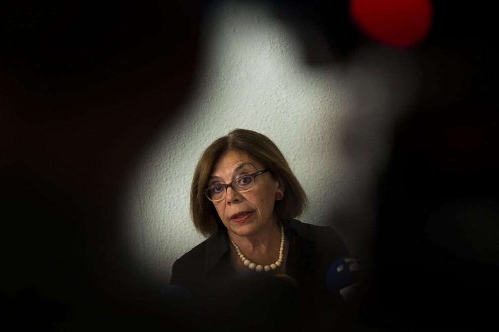 La abogada argentina Ana Messuti, en el centro, habla durante una conferencia de prensa en Madrid,.- (AP foto/Daniel Ochoa de Olza)