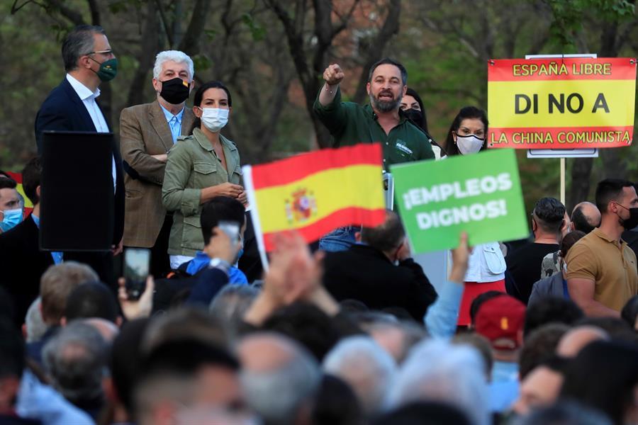 El líder de VOX, Santiago Abascal (c), interviene durante el acto de presentación de la candidatura de Rocío Monasterio (3i) para las próximas elecciones en la Comunidad de Madrid, este miércoles en el distrito de Puente de Vallecas, Madrid. - EFE