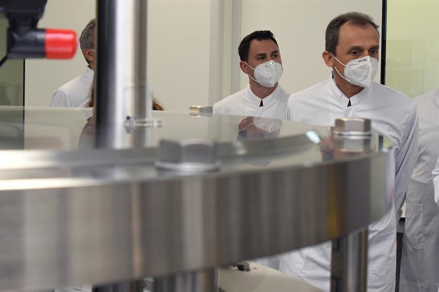 El ministro de Ciencia e Innovación, Pedro Duque (d), visita la sede de la compañía biotecnológica mAbxience, este jueves en León. EFE/J. Casares POOL