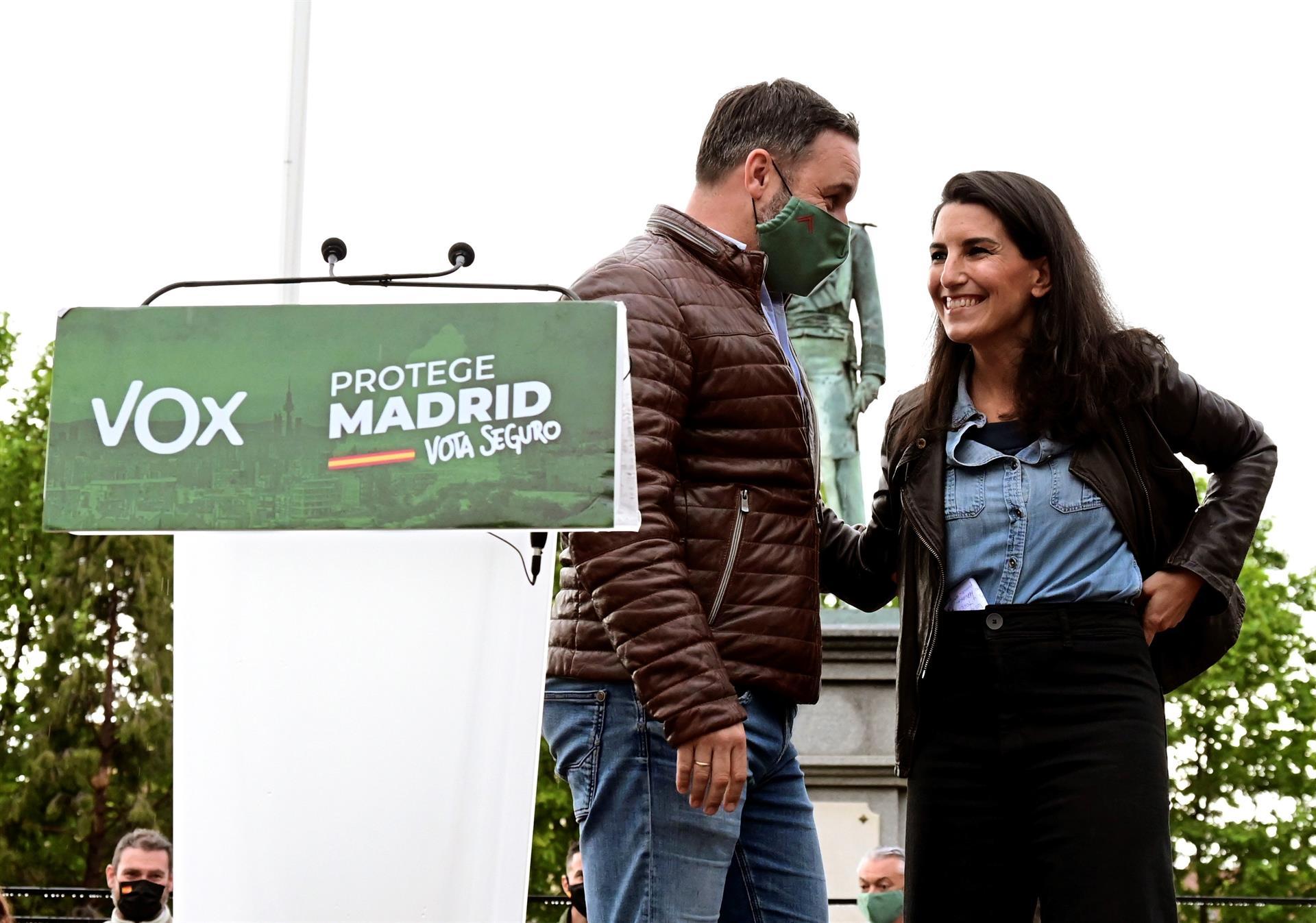 La candidata de Vox a la presidencia de la Comunidad de Madrid, Rocío Monasterio (d), y el presidente del partido, Santiago Abascal, durante el acto de campaña celebrado este martes en el Parque Duque de Ahumada de Valdemoro, en Madrid. EFE/Víctor Lerena