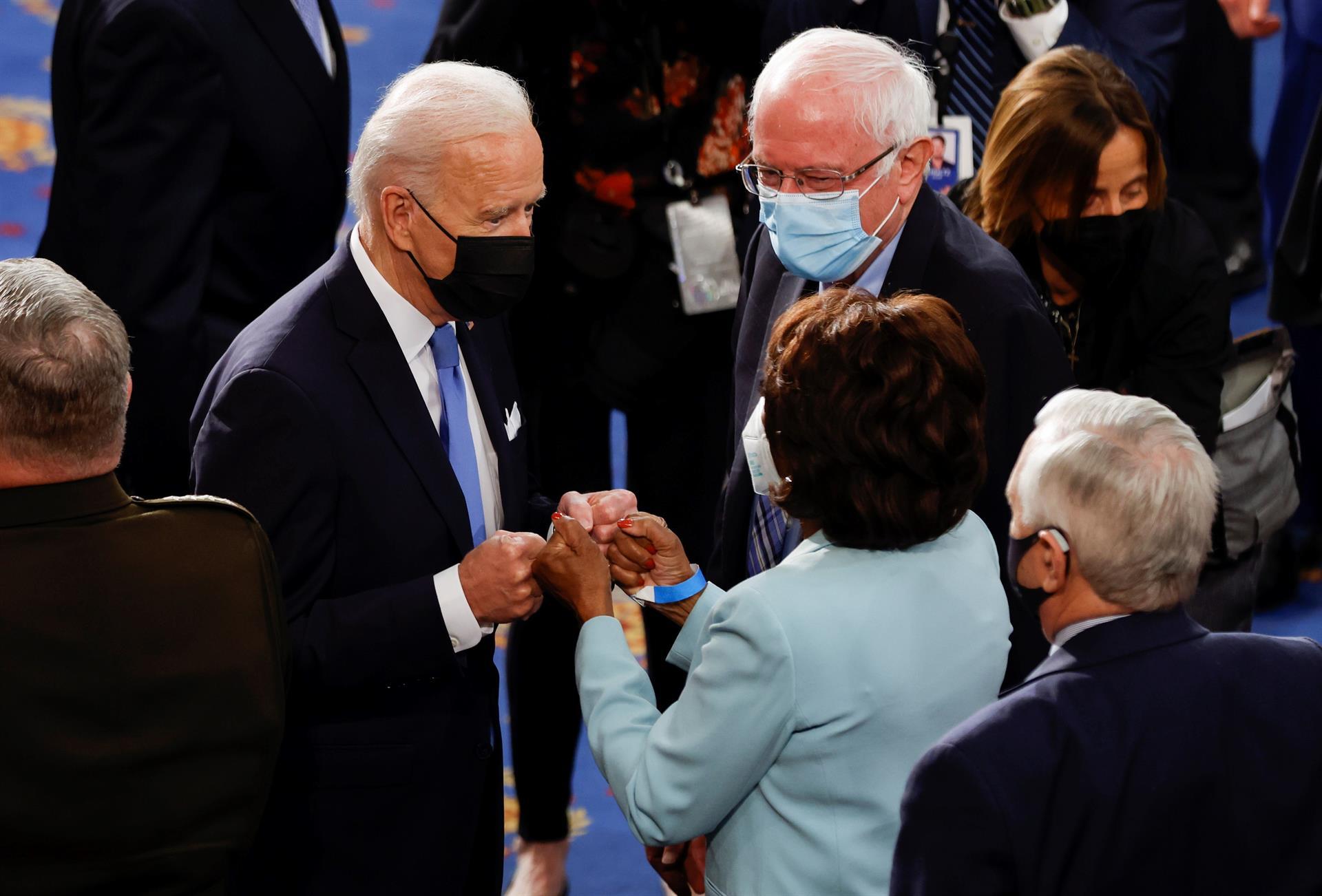 El presidente de los Estados Unidos, Joe Biden, saluda con el puño a la representante Maxine Waters mientras el senador Bernie Sanders observa tras el discurso del primero en la sesión conjunta del Congreso de los Estados Unidos en el Capitolio en Washington.- EFE