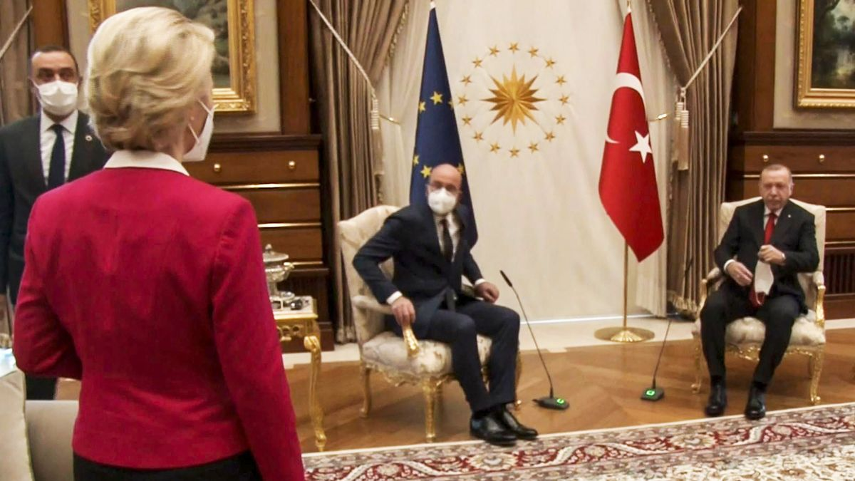 Instante en el que Von der Leyen se queda sin silla en la reunión con Erdogan.- EFE