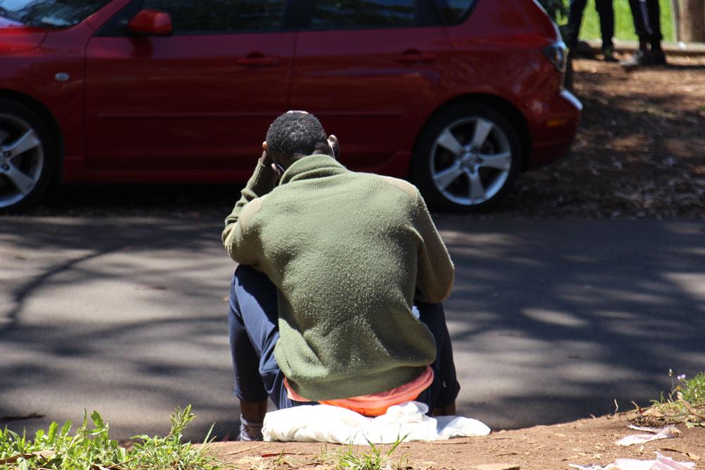 Un hombre sentado en los alrededores del campamento de Las Raíces.- ANA GÓMEZ