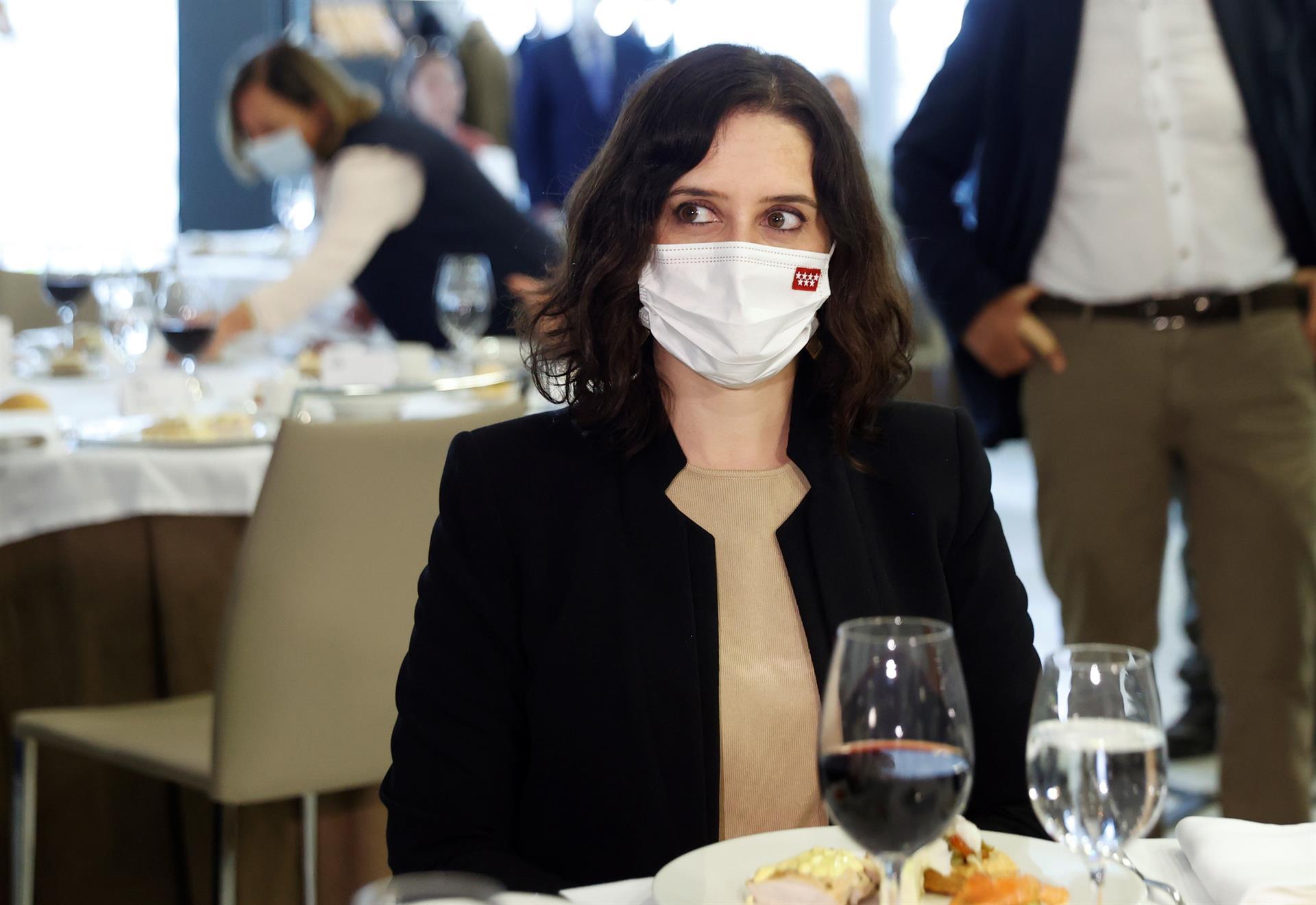 La presidenta madrileña y candidata popular a la reelección, Isabel Díaz Ayuso (c), asiste a un almuerzo coloquio del Club Siglo XX este miércoles en un hotel madrileño. EFE/Chema Moya