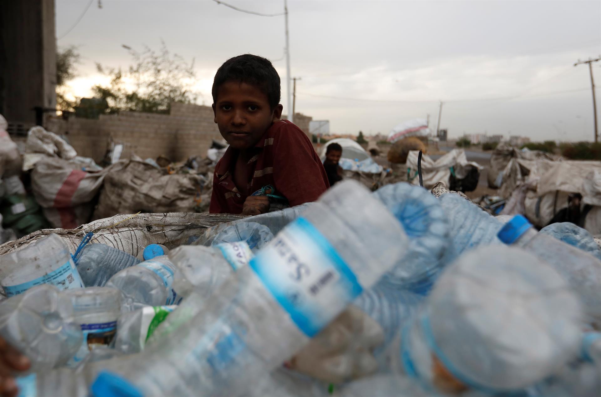 NIños de Yemen trabajando en un centro de reciclaje.- EFE