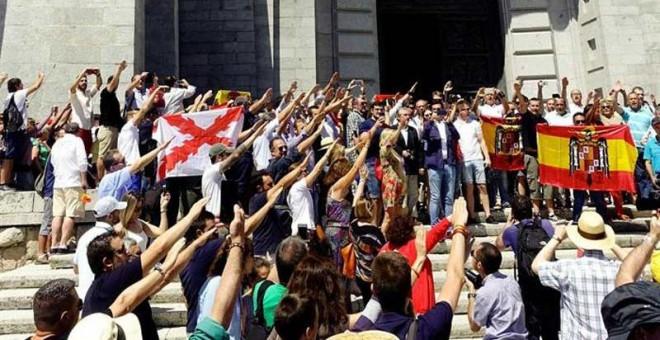 Decenas de personas realizan el saludo fascista en el Valle de los Caídos este domingo. (JUAN CARLOS HIDALGO | EFE)