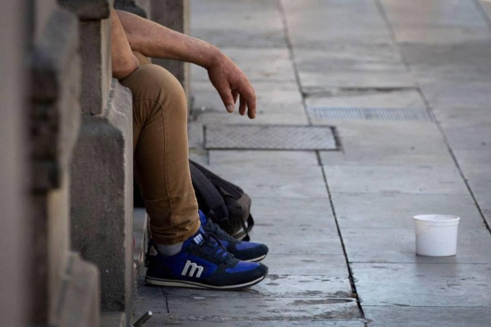 Una persona pide en la calle. — EFE