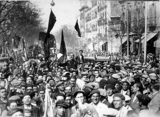 Celebración ciudadana de la proclamación de la Segunda República en Madrid el 14 de abril de 1931. EFE