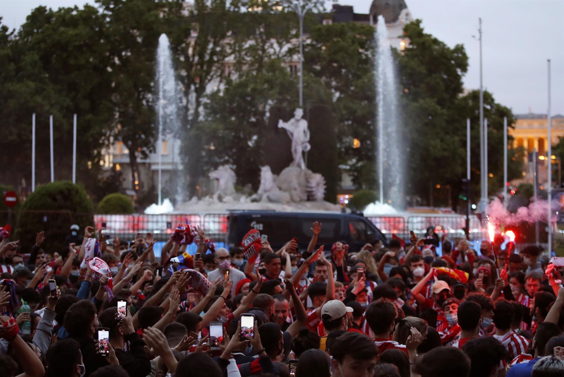 La afición del Atlético de Madrid celebra el título de Liga en la plaza de Neptuno.- EFE/Javier López