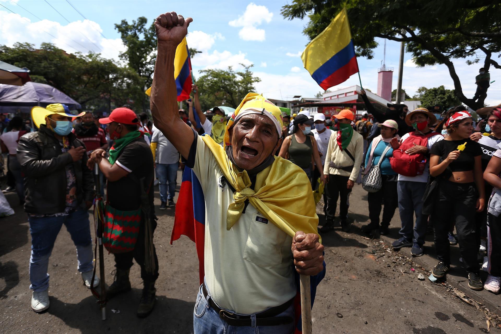 """Manifestantes participan en una nueva jornada del """"Paro Nacional"""", en Cali (Colombia).- EFE"""
