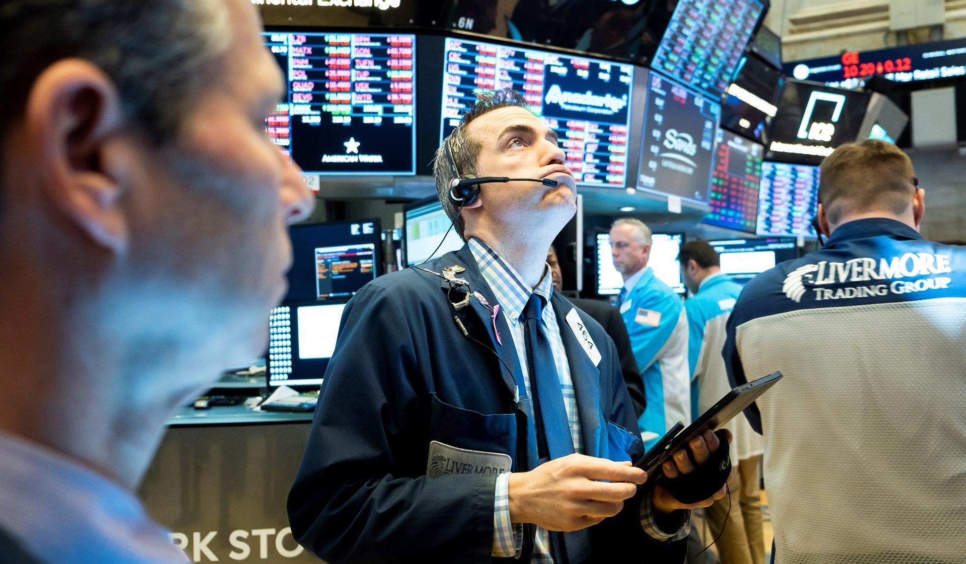 Economistas trabajan durante una jornada en la Bolsa de Nueva York. EFE/Justin Lane/Archivo