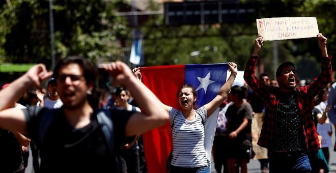 Manifestantes protestan este lunes en la Plaza Italia durante una nueva jornada de masivas protestas en Santiago (Chile). EFE/Esteban Garay