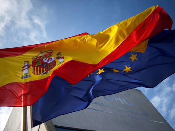 Las banderas de España y de la Unión Europea ondean juntas. (Reuters)