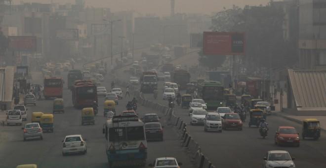 Los vehículos circulan en medio de la contaminación de Nueva Delhi. REUTERS/Anushree Fadnavis