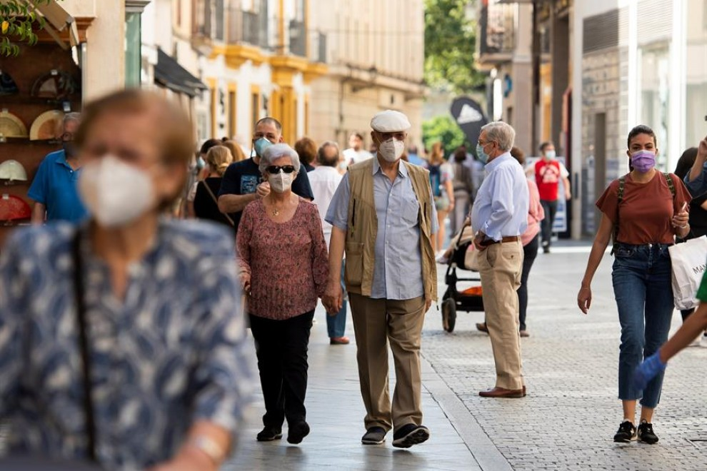 Imagen de viandantes con mascarillas. EFE/Raúl Caro/Archivo