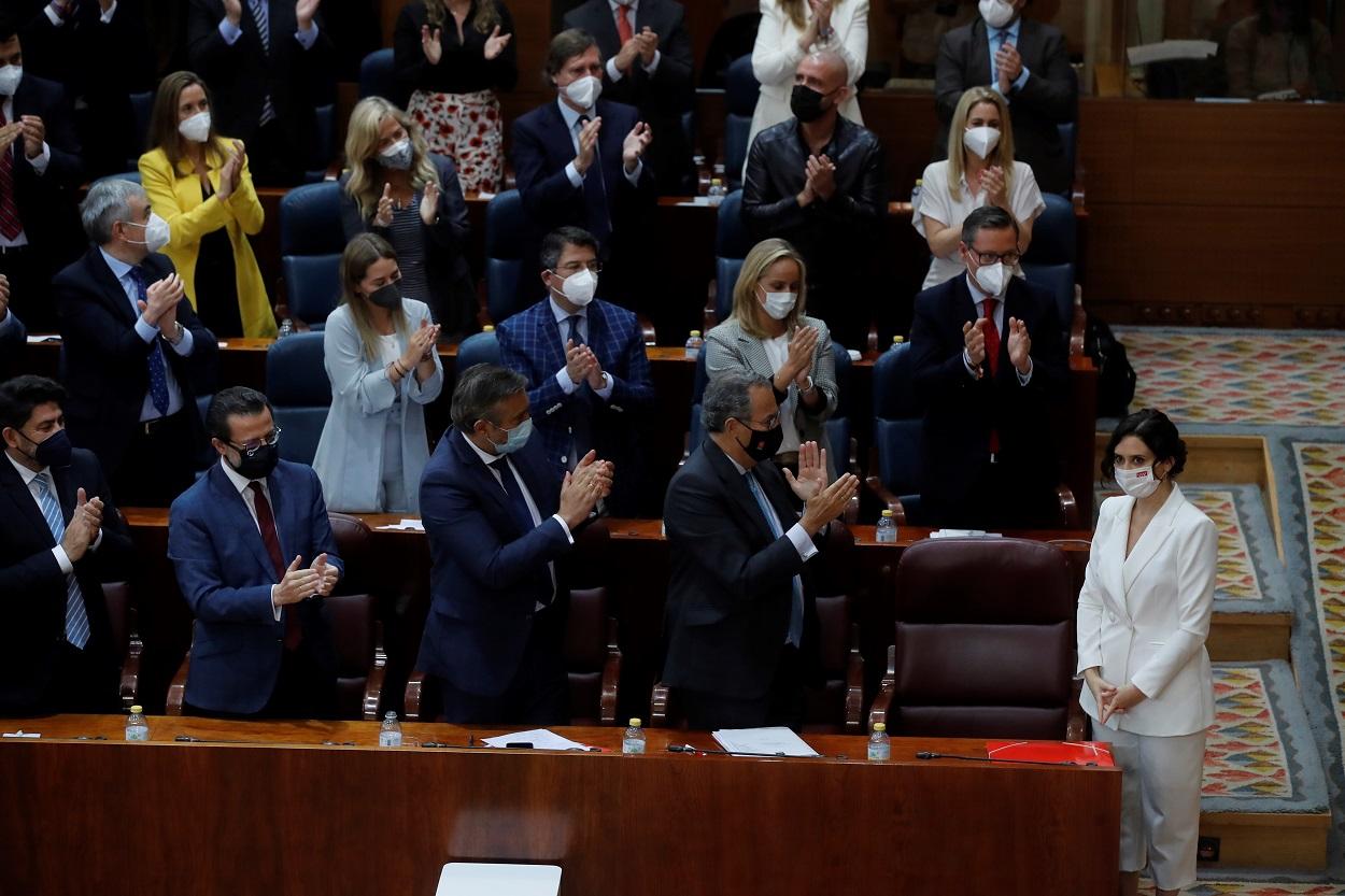 La presidenta en funciones de la Comunidad de Madrid, Isabel Díaz Ayuso recibe el aplauso de los diputados de su grupo (PP) tras su discurso de investidura. EFE/Juan Carlos Hidalgo/POOL