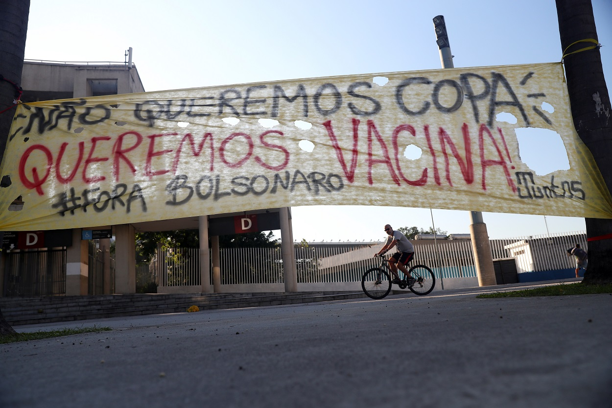 Una pancarta contra la celebración de la Copa América en Brasil ('No queremos Copa, queremos vacuna. !Fuera Bolsonaro¡', dice), en el exterior del mítico Estadio de Maracana, en Rio de Janeiro. REUTERS/Pilar Olivares