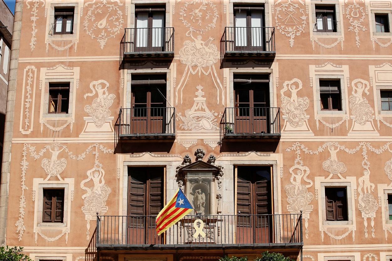 Un lazo amarillo y una estelada, en un balcón de un edificio del centro de Barcelona. REUTERS/Albert Gea