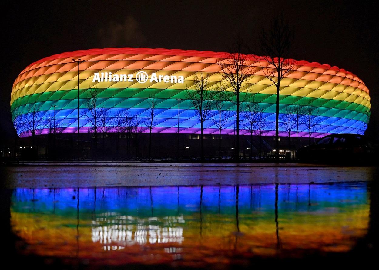 Vista del estadio Allianz Arena, donde juega el Bayern de Munich, iluminado con los colores de la bandera LGTBI, el pasado enero. REUTERS/Andreas Gebert