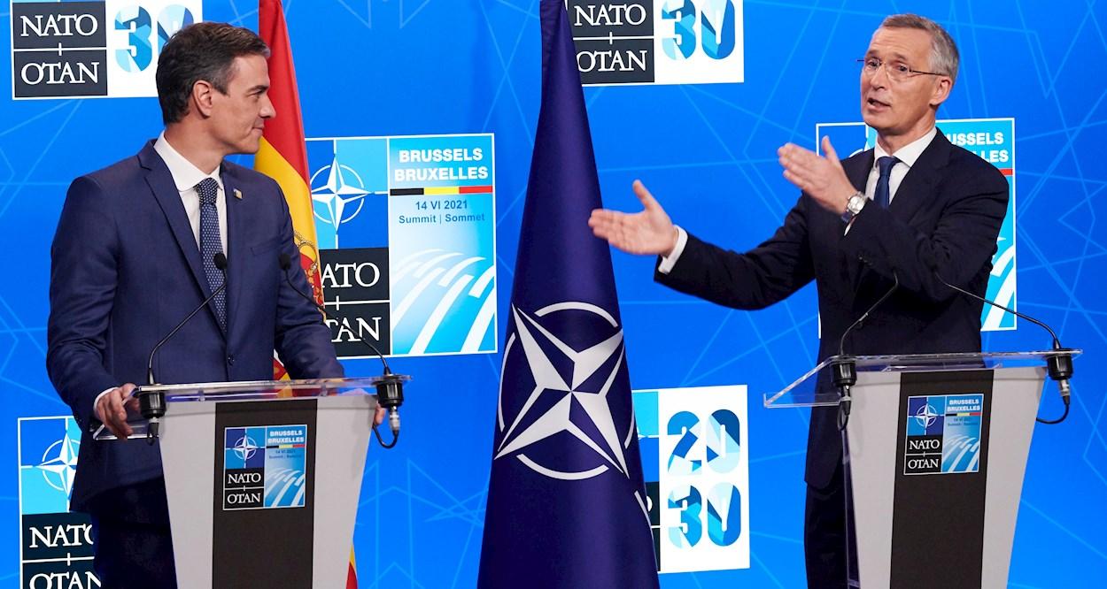 El presidente del Gobierno, Pedro Sánchez (i) y el secretario general de la OTAN, Jens Stoltenberg (d), durante la rueda de prensa conjunta en el marco de la Cumbre de la Alianza Atlántica, en Bruselas. EFE/Horst Wagner