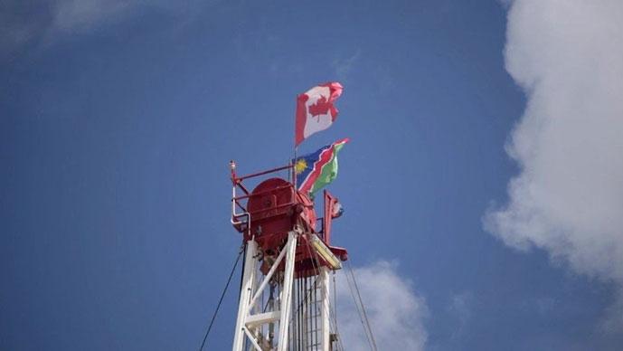 En el emplazamiento del primer pozo, la bandera de Canadá ondea incluso por encima de la de Namibia, violando la constitución nacional del país. Atribución: Namibia Media Holdings