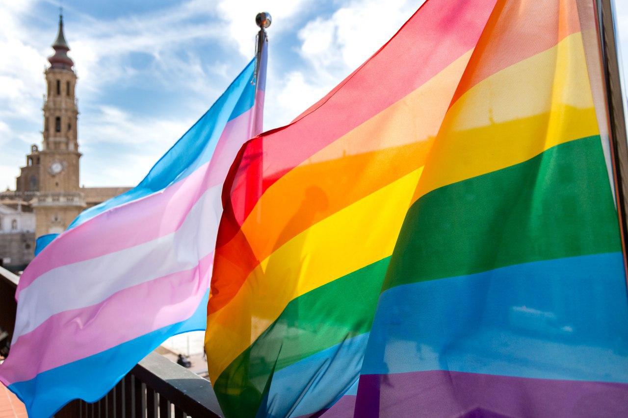 Las banderas arcoiris y trans, en el balcón del Ayuntamiento de Zaragoza, el Día del Orgullo de 2018.