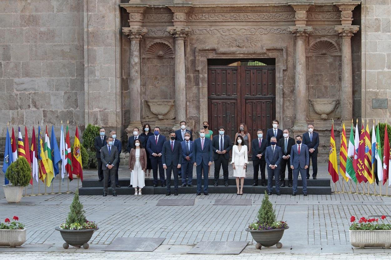 Foto de familia de los asistentes a la XXI Conferencia de Presidentes, realizada frente a la puerta barroca de acceso al Monasterio de Yuso de San Millán de la Cogolla, La Rioja, en julio de 2020. E.P./Alberto Ruiz