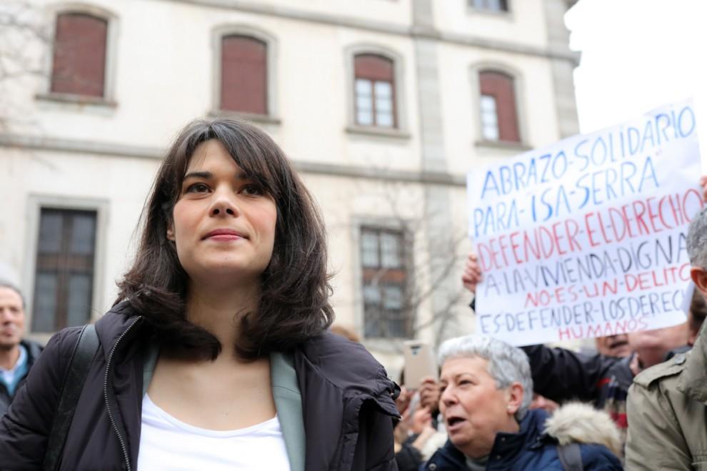 La representante de UP en la Asamblea de Madrid, Isa Serra, rodeada de simpatizantes en su entrada al juicio. / EP