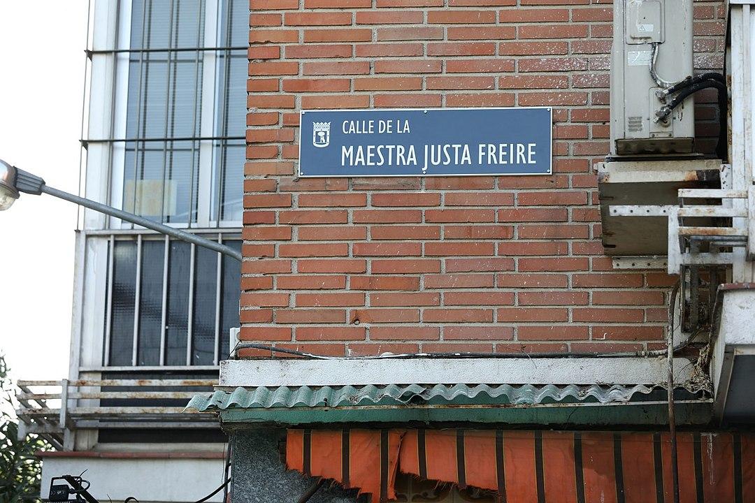 Rotulo de la calle de la Maestra Justa Freire, antes de que fuera retirado por el Ayuntamiento de Madrid para volver a colocar la del General Millán Astray.