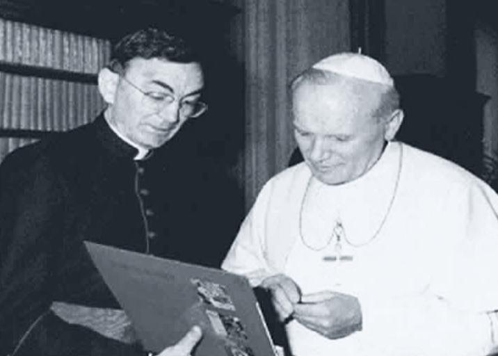 El sacerdote y compositor Cesario Gabaráin con el Papa Juan Pablo II.