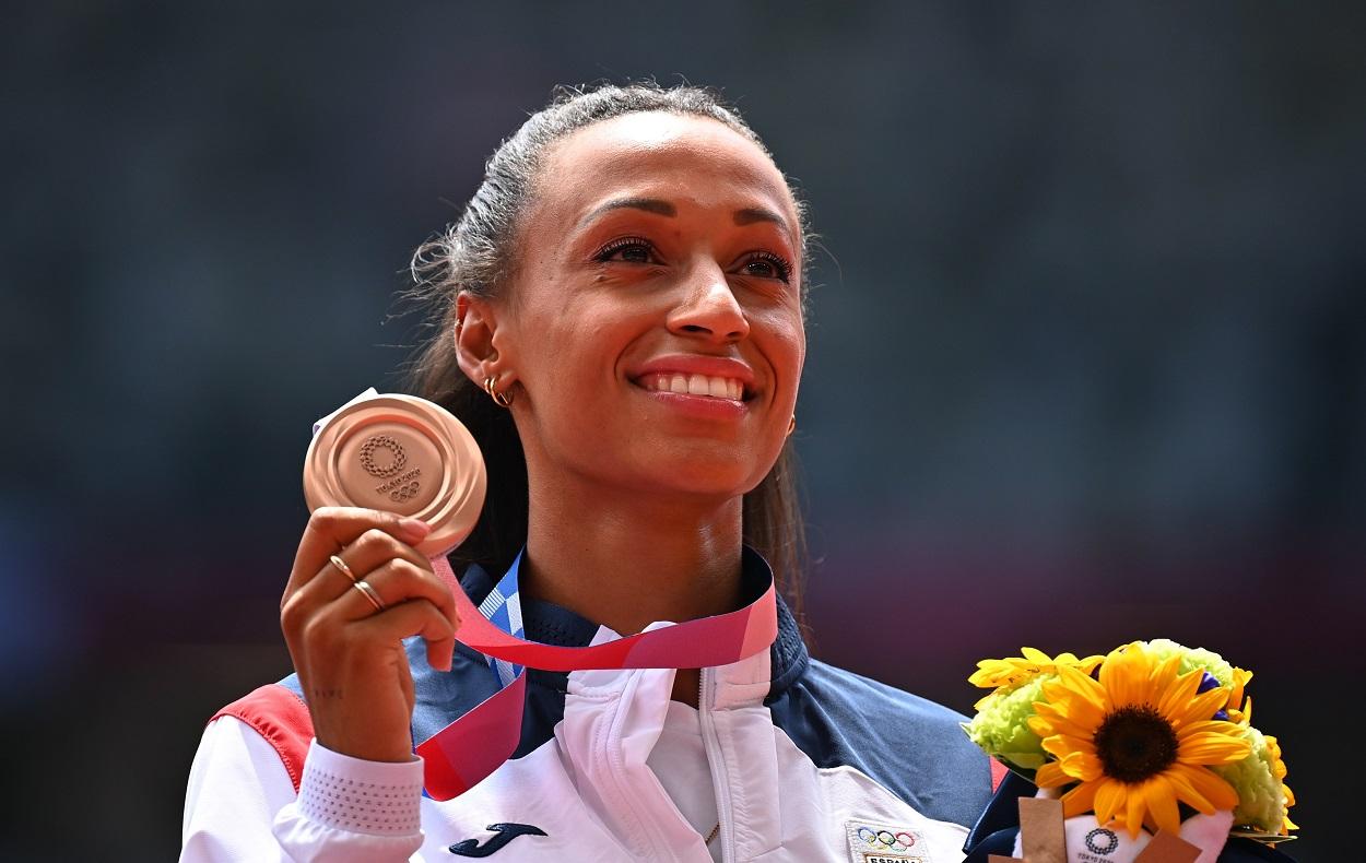 La española Ana Peleteiro en el podio con su medalla de bronce en triple salto durante los Juegos Olímpicos 2020. REUTERS/Dylan Martinez