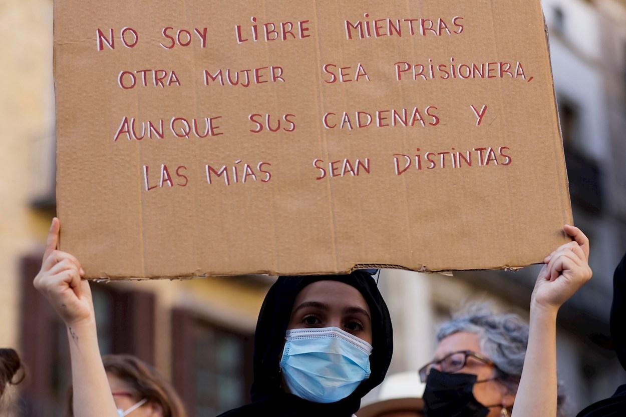 Concentración solidaria con las mujeres y niñas de Afganistán en la plaza de Sant Jaume, en Barcelona. EFE/Quique Garcia