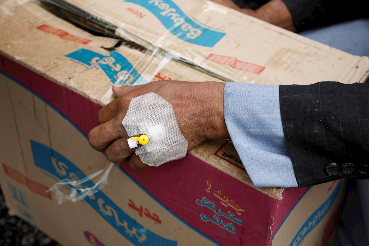socorro Mona a su hijo desnutrido en Saná, Yemen. EFE/EPA/YAHYA ARHAB