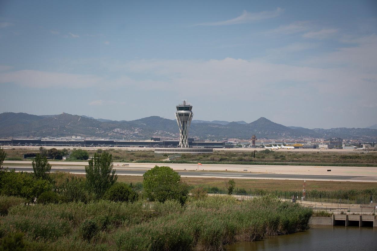 Vista del Aeropuerto Josep Tarradellas Barcelona-El Prat, cerca del espacio protegido natural de La Ricarda, un antiguo brazo de río abandonado. E.P./David Zorrakino