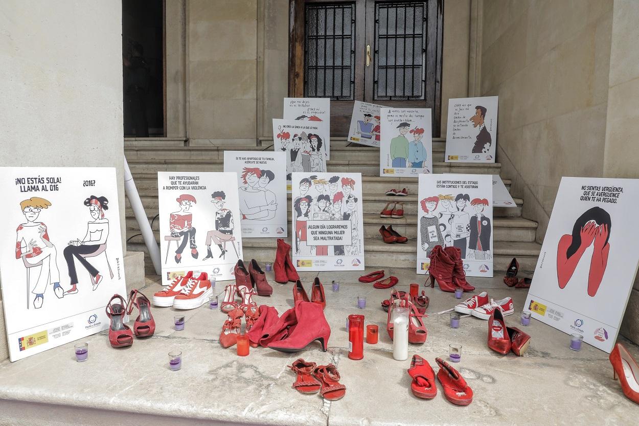 Varios pares de zapato de color rojo, velas y carteles contra la violencia machista contra las mujeres, en una concentración en repulsa de uno de los asesinatos cometidos en las últimas semanas. E.P./Joaquín Reina
