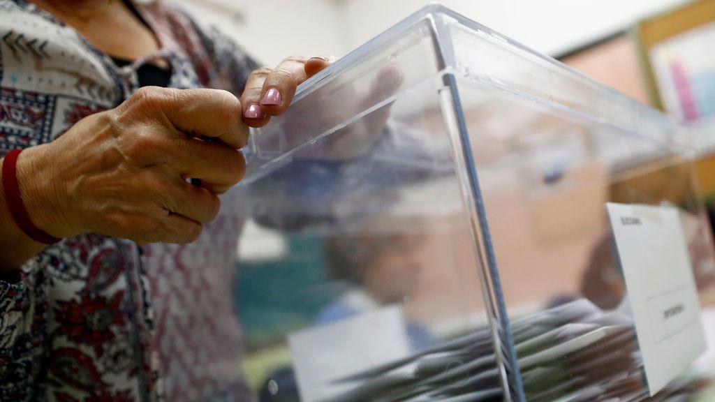 Urna en un colegio electoral durante las elecciones generales del 28 de abril de 2019.REUTERS/Juan Medina