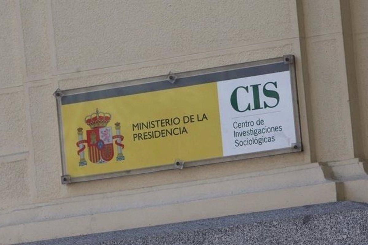 Cartel con logo del Centro de Investigaciones Sociológicas (CIS), a la entrada de su sede en Madrid. E.P.