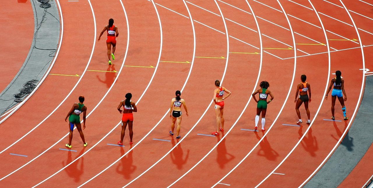 Corredoras preparadas para tomar la salida en una pista de atletismo. PIXABAY