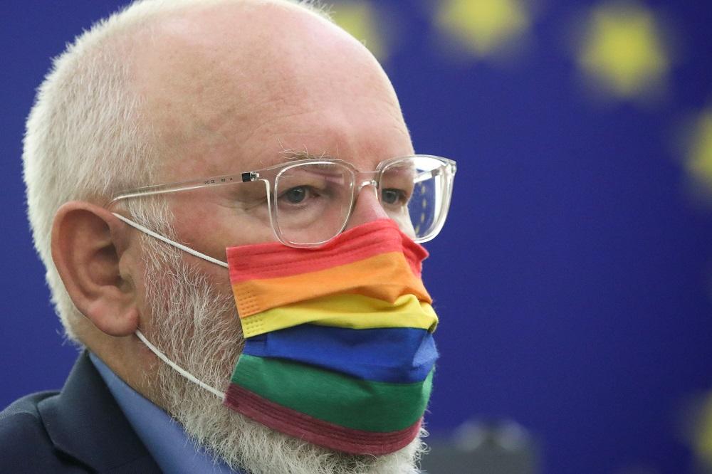 El vicepresidente del europarlamento europeo con una mascarilla proLGTBI. REUTERS