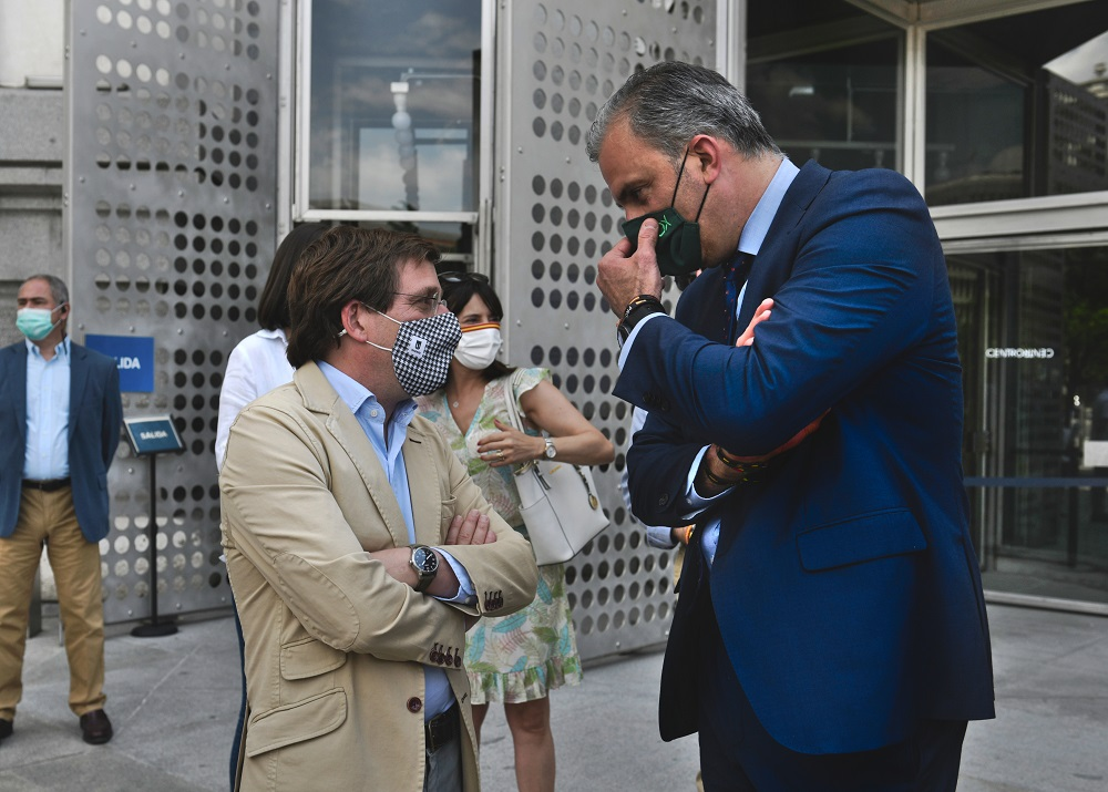 Almeida y Ortega Smith en un acto del Ayuntamiento de Madrid. EUROPA PRESS