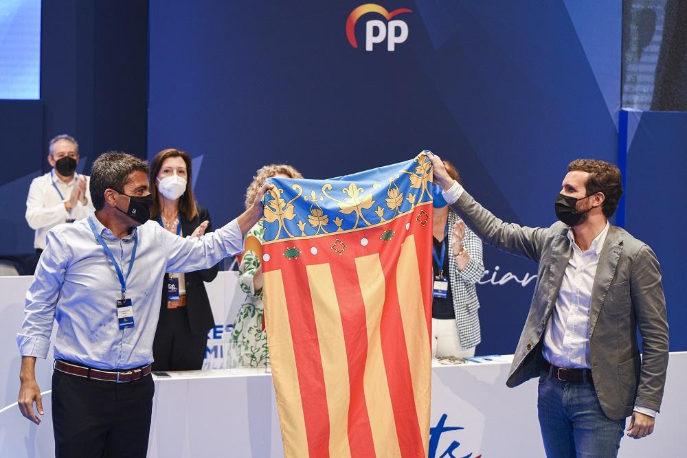 Carlos Mazón y Pablo Casado sostienen la bandera de la Comunidad Valenciana. EUROPA PRESS
