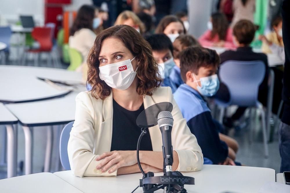 Isabel Díaz Ayuso durante una visita a un centro escolar.