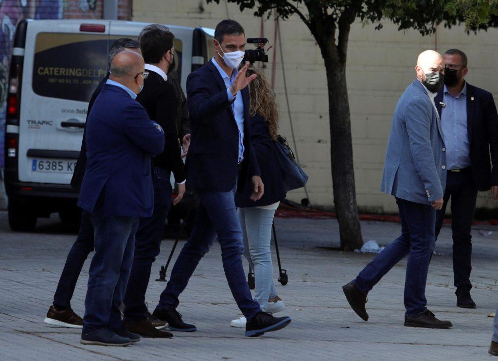 El presidente del Gobierno y secretario general del PSOE, Pedro Sánchez (c), a su llegada a un acto del partido celebrado este domingo en Ponferrada. EFE/ Ana F. Barredo