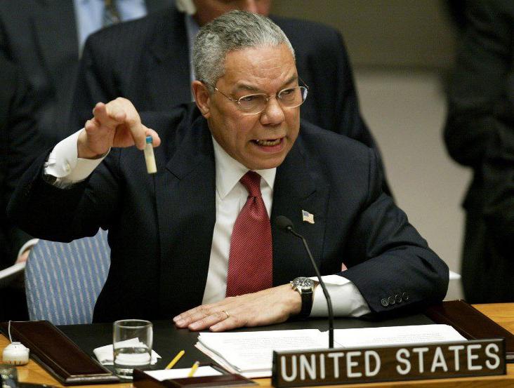 El secretario de Estado norteamericano, Colin Powell, informando en el Consejo de Seguridad de la ONU sobre las supuestas armas de destrucción masiva deSadam Husein