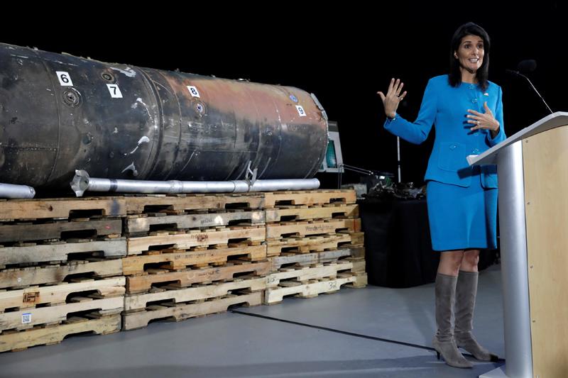 La Embajadora de EEUU ante la ONU, Nikki Haley, informa a los medios frente a los restos del misil balístico iraní 'Qiam'. REUTERS / Yuri Gripas