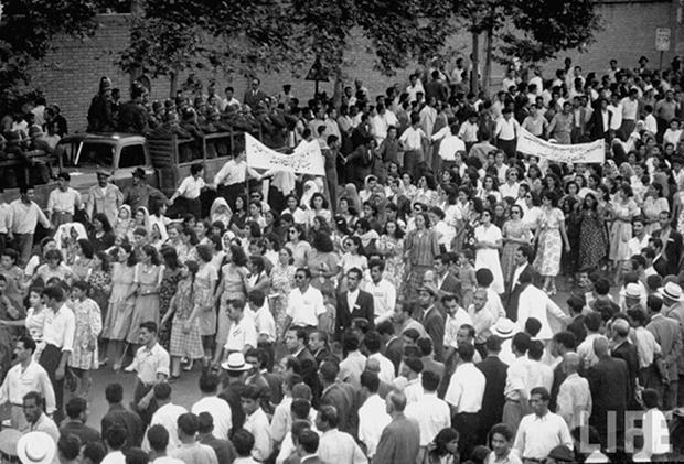 Manifestación de mujeres y hombres iraníes en contra de British Oil Company y en favor de la nacionalización de petróleo, 1951