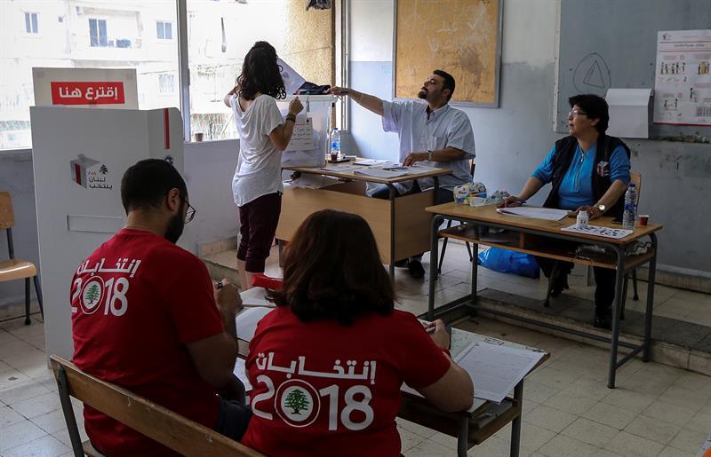 Una mujer libanesa deposita su voto en un colegio electoral al sur de Beirut. EFE/EPA/NABIL MOUNZER