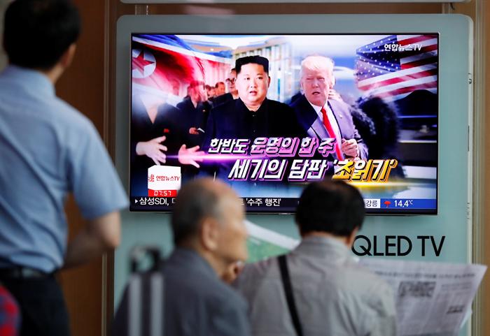 Varias personas miran en Seúl un programa de televisión que informa sobre la cumbre entre EEUU y Corea del Norte. REUTERS / Kim Hong-Ji