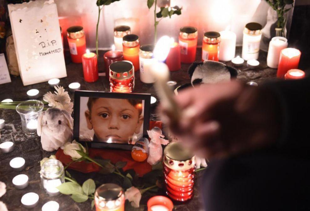 La gente deja velas y flores junto a la foto del pequeño Mohammed. AFP