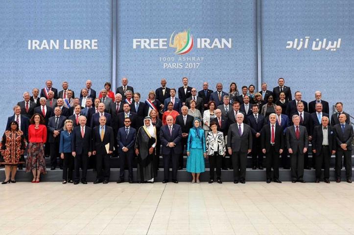 Maryam Rajavi rodeada de los que